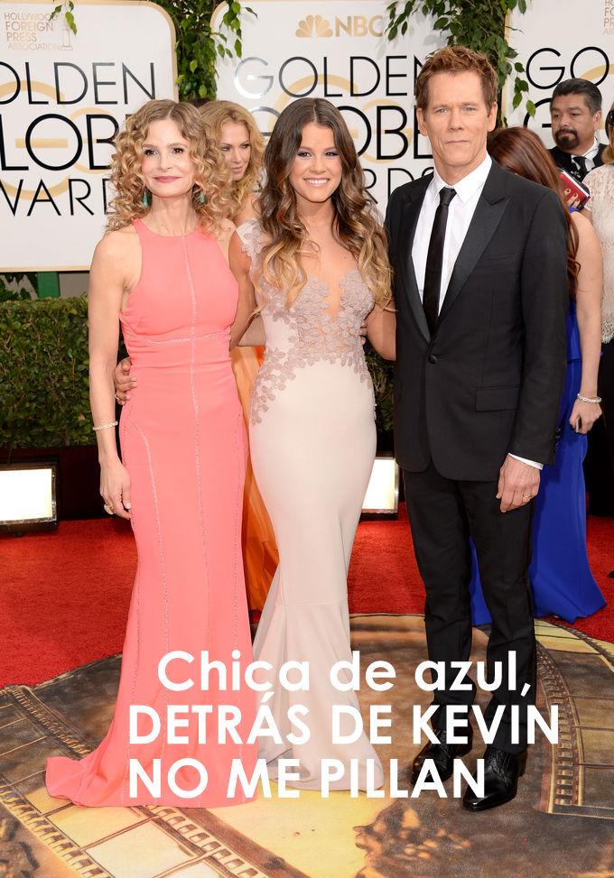 chica de azul detrás de Kevin