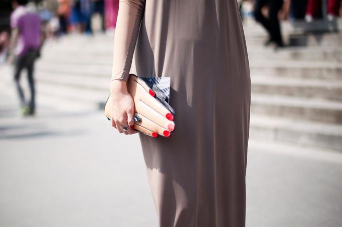 bolso con forma de mano