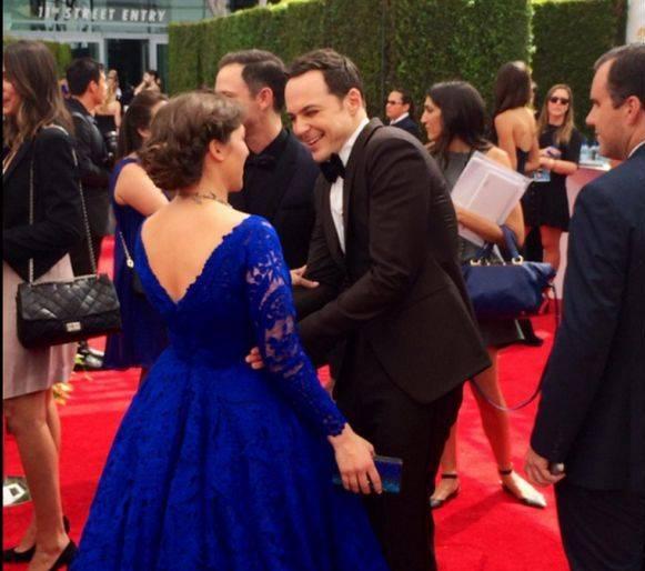 Vale que mi vestido no es ninguna maravilla, pero no hace falta que te rías en mi cara, ¡a que te doy con el bolso!