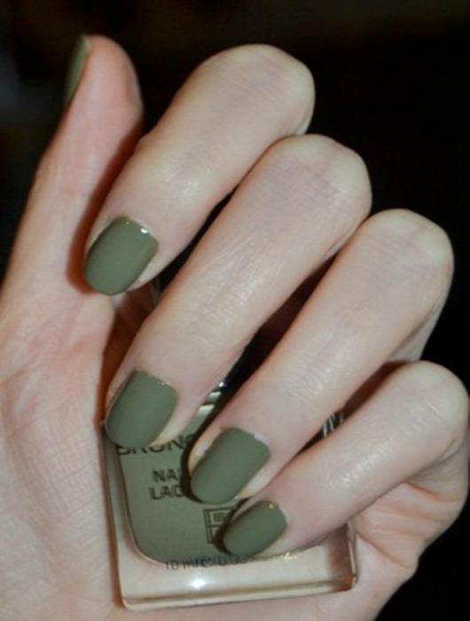 pinta uñas verde caqui