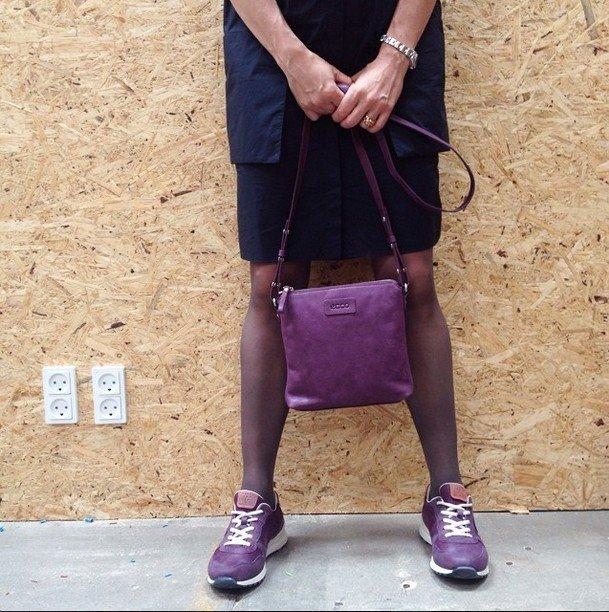 lila bolso y zapatillas Ecco Shoes