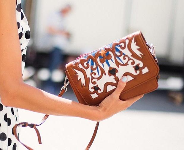 bolso marrón con motivos