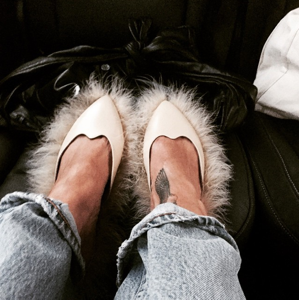 Rihanna con furry shoes
