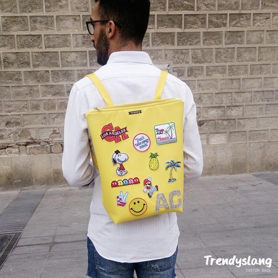 mochila amarilla con parches